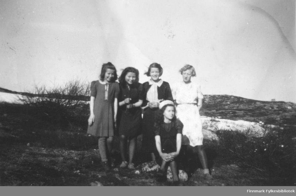 Ragnhild Kvams 14-års gebursdag 7.6.1944. Hun hadde mange venninner på besøk. Fra venstre: Edith Leiknes, Turid Enger, Ragnhild Kvam, Turid Johansenog foran Torill Stene