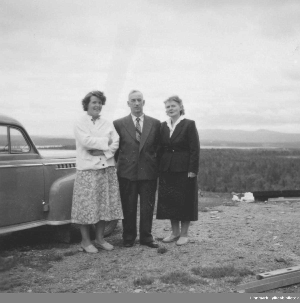 På tur i Sør-Varanger, ca 1959-1960. Fra venstre: Ragnhild Ebeltoft, Sigfred og Mary Rognlid. Landskapet minner om Pasvik