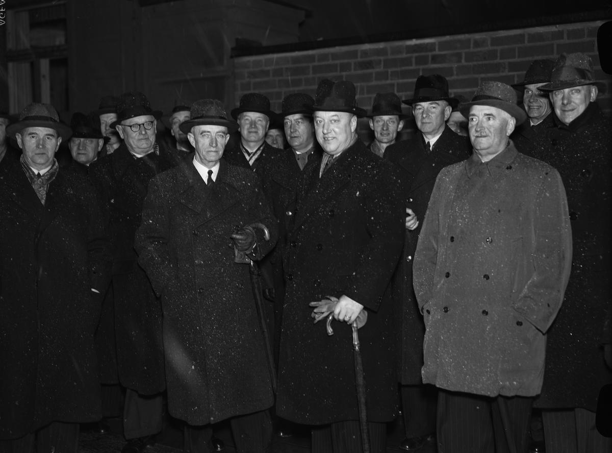 Statliga verkstadschefer besöker Nymans Verkstäder, kvarteret Noatun - verkställande direktören Gustaf Grahn flankeras av överste Wibeck och konteramiral Wijkmark