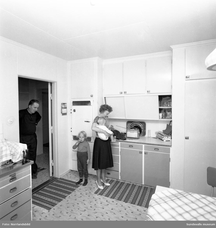 En familj med två små barn i Harv, Attmar. Interiör från kök och vardagsrum.