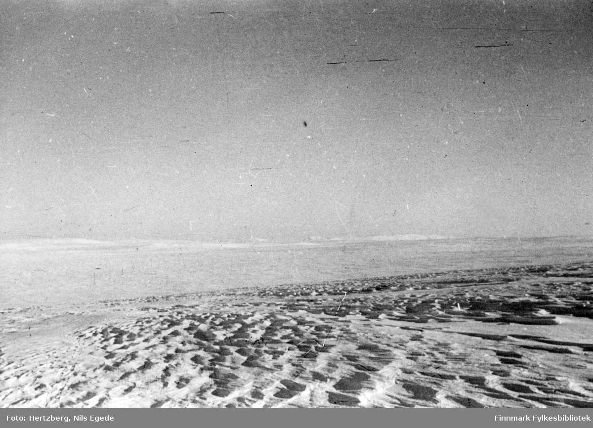 Våren 1948 ble det foretatt en befaring Vadsø - Smalfjord - Sjursjok - Ifjord - Bekkarfjord - Hopseidet - Mehamn - Kjøllefjord - Vadsø. Med på turen var Nils. E. Hertzberg, Johannes Foslund, Godtfred Karlsen. Se bildene 313-324. Fokkskavler. På utsatte steder hadde sneen ennå ikke 'satt' seg. Senere på vårparten kan det være silkeføre på slike steder. Bildet er muligens tatt etter oppstigningen av Evighetsbakken. Telefonlinja var såvidt over sneen på enkelte steder.