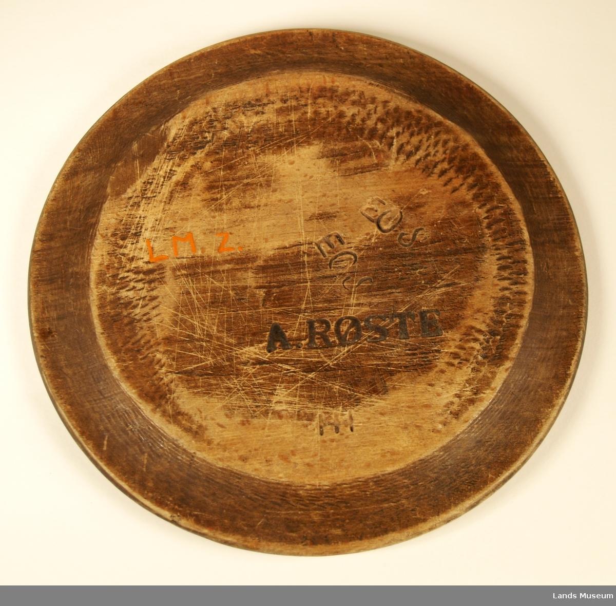 Alle merker på undersiden, hvor tallerkenen er mørkere. På forsiden rundt kanten er en nedskåret stripe ca. 2-3 mm inn på kanten.