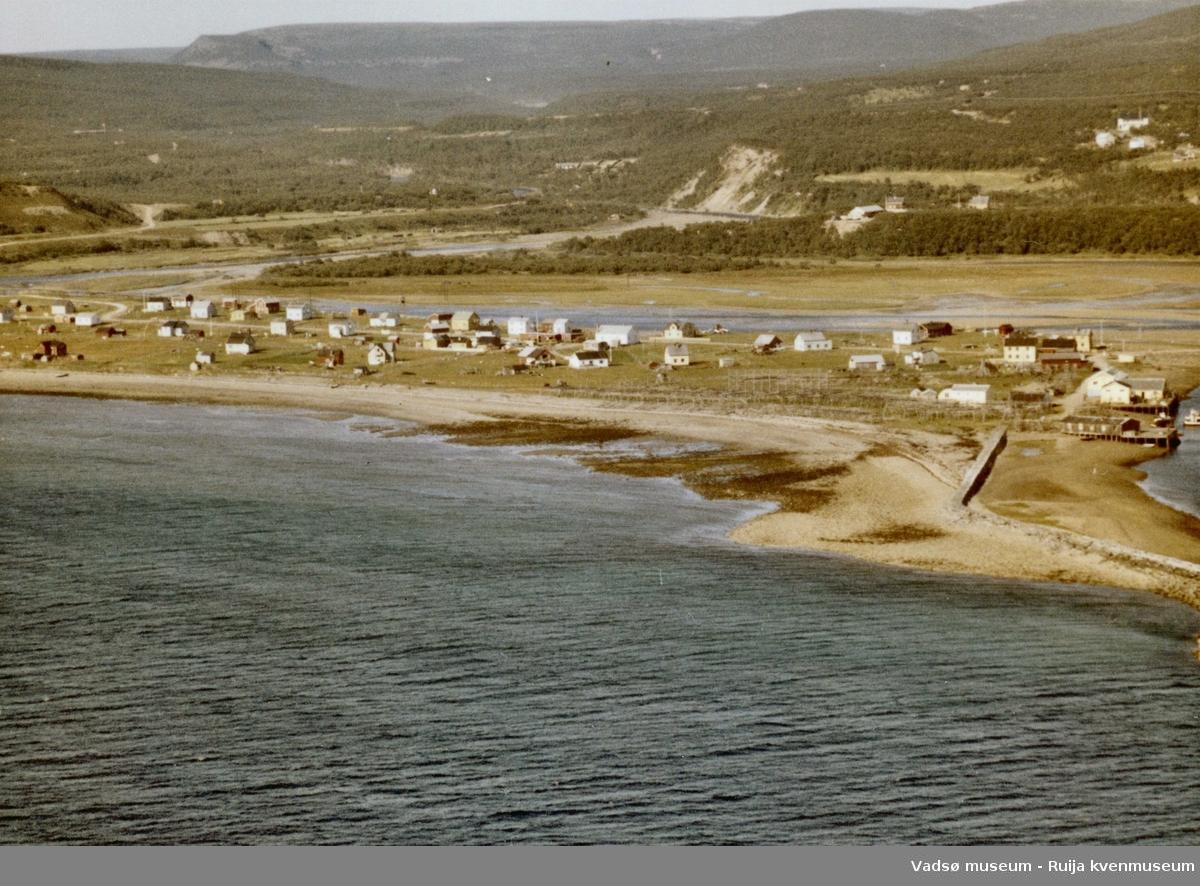 Flyfoto av Vestre Jakobselv, Vadsø kommune, 1963. Harila sin kai lengst til høyre i bildet.
