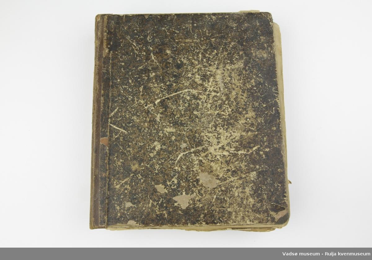 Finsk postill fra 1897. Permer av papp med brunspettet ytre. Ryggen er kledd i skinn og preget. Forsterket med sydd tråd i rygg.
