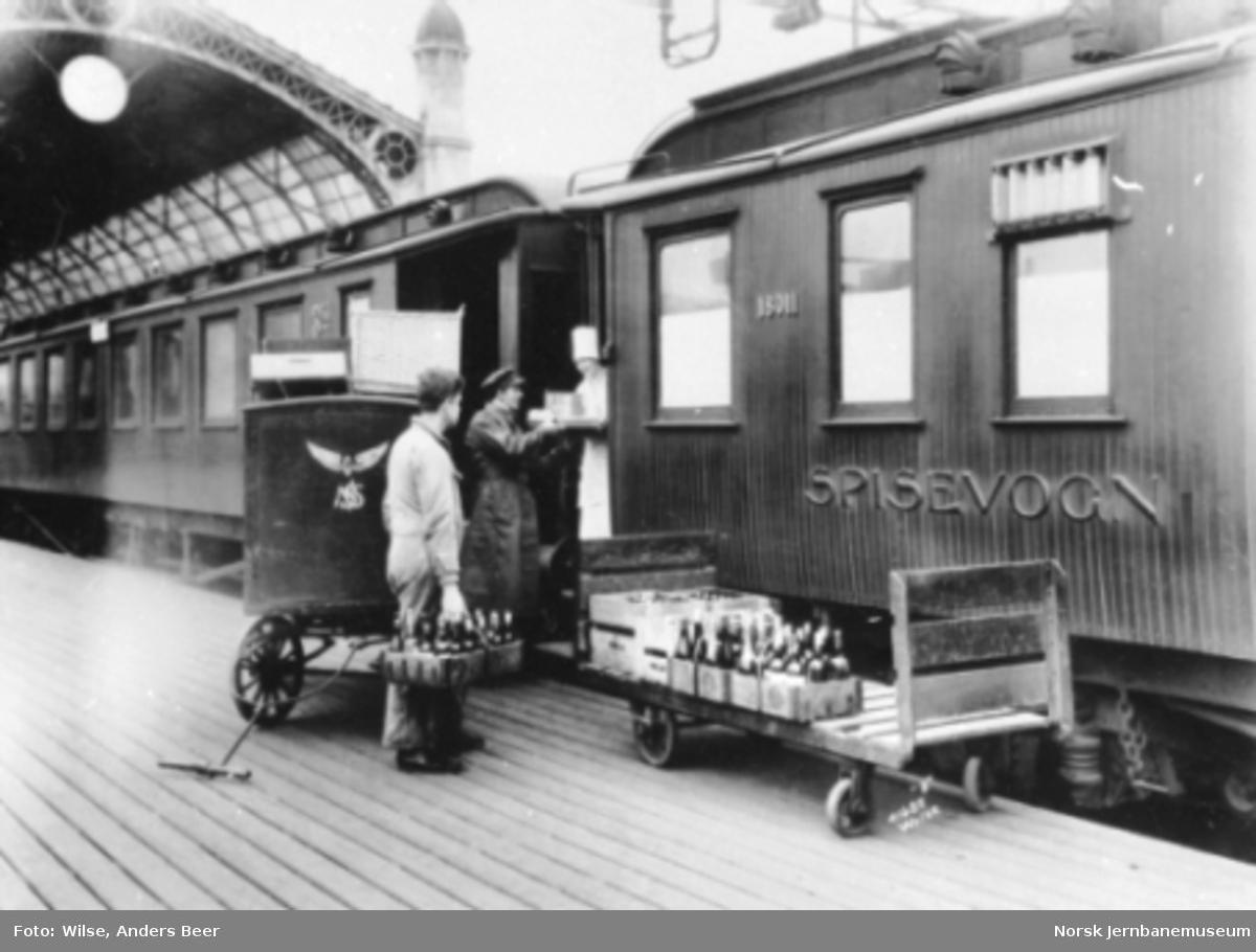 Innlessing av varer fra Vinmonopolet i spisevogn nr. 18011 på Østbanen
