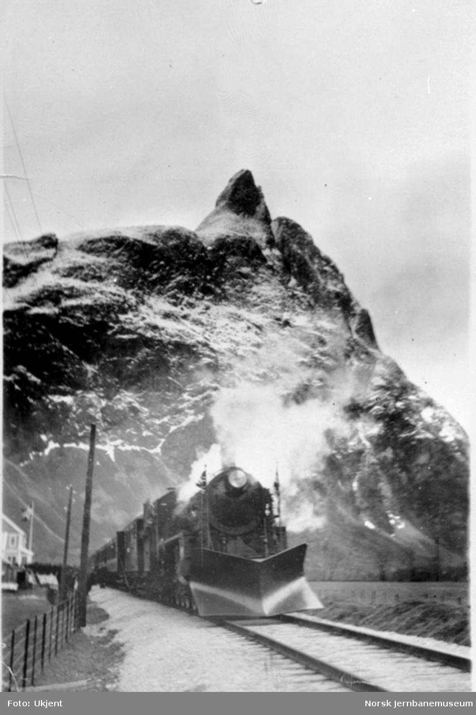 Damplokomotiv type 26c med persontog og Romsdalshorn i bakgrunnen