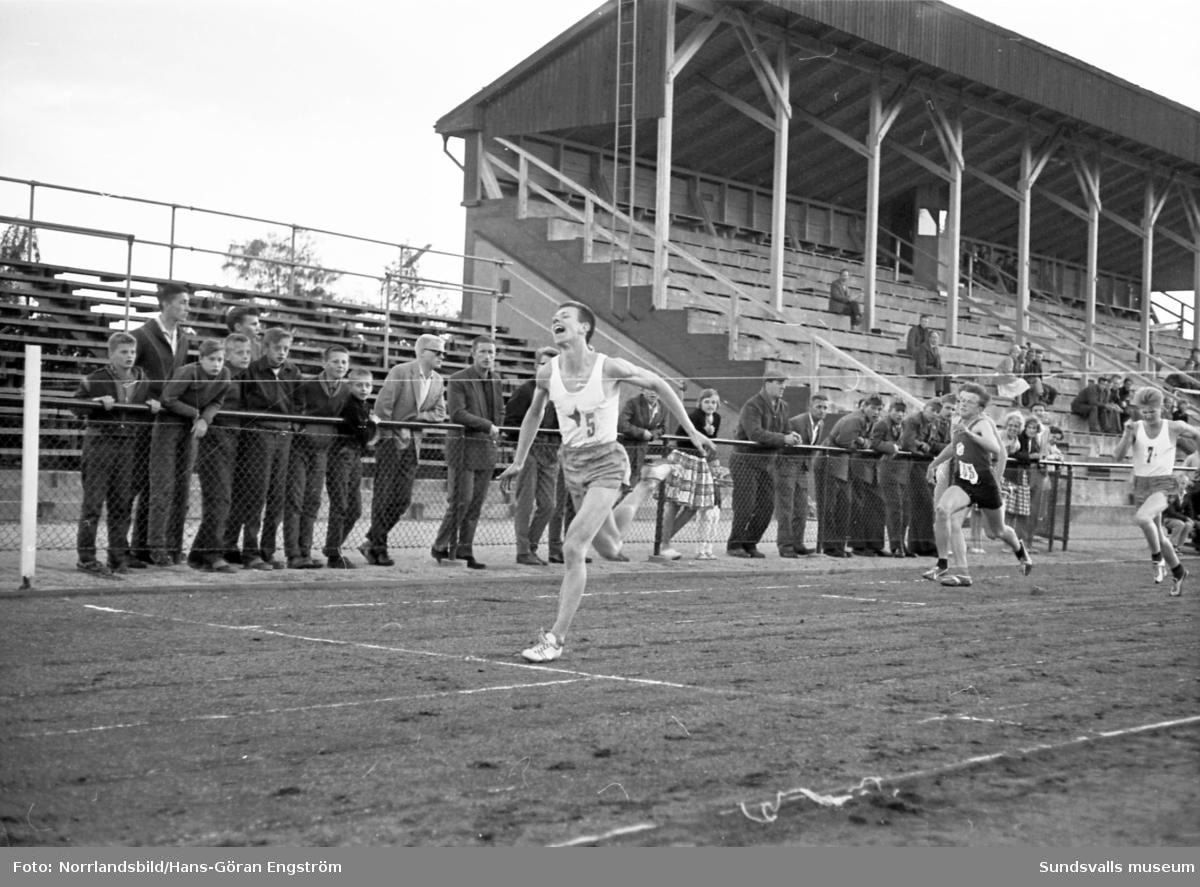 Friidrottstävlingar i Idrottsparken, löpare.