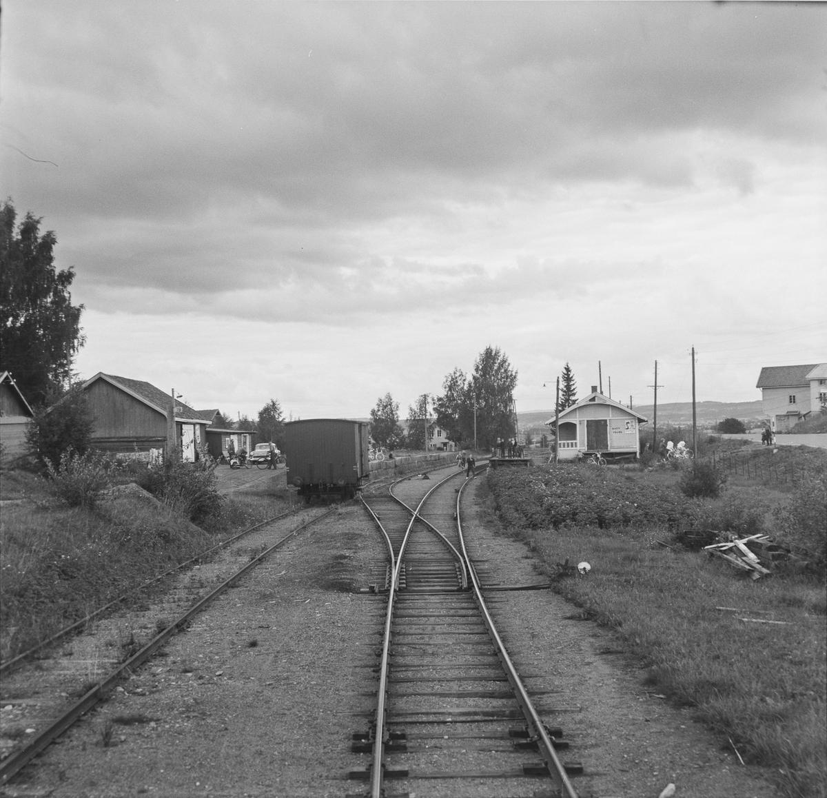 Bilitt holdeplass på Skreiabanen. Utsikt fra bakerste vogn på A/L Hølandsbanens veterantog fra Eina til Skreia.