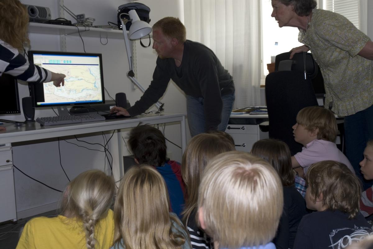 Marinarkeologisk pedagogik, maj 2008. Jens visar resultatet av sonarmätningen.