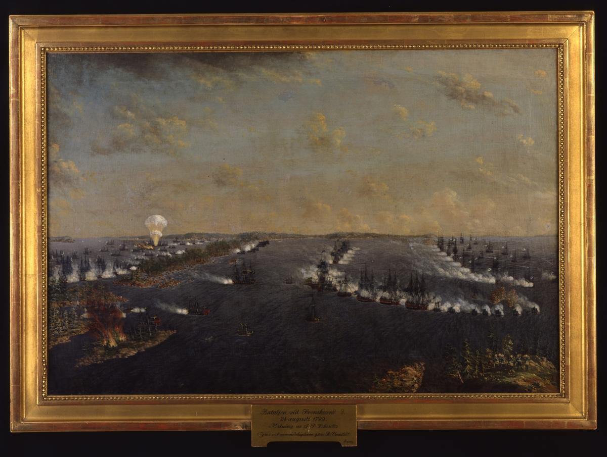 """[plakett i ramens n kant:] """"Bataljen vid Svensksund d. 24 augusti 1789. Målning av J. T. Schoultz Gåva av kommendörkaptenen greve R. Cronstedt Ö 3932"""""""
