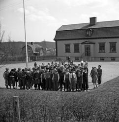 Elever samlade framför sin skola