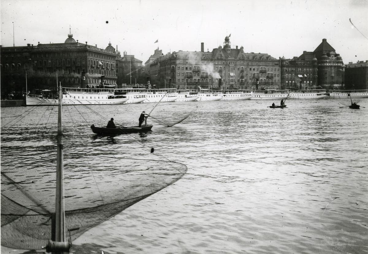 Norrström, södra Blasieholmskajen med div. skärgårdsångare och Grand Hotell i bakgrunden.