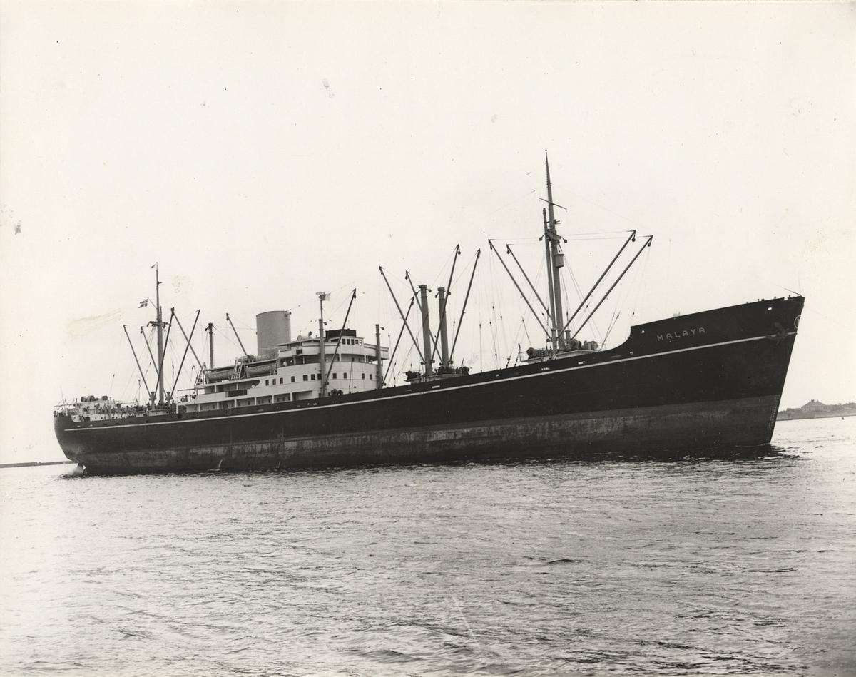 Fartyg: MALAYA                         Bredd över allt 18,6 meter Längd över allt 144,6 meter  Rederi: A/S Det Östasiatiske Kompagni, Köpenhamn (DK) Byggår: 1947 Varv: Nakskov Skibsvaerft A/S, Nakskov (DK) Övrigt: Namnsignal: OXXS; D.w.t.: 10300; Br.t.: 8437