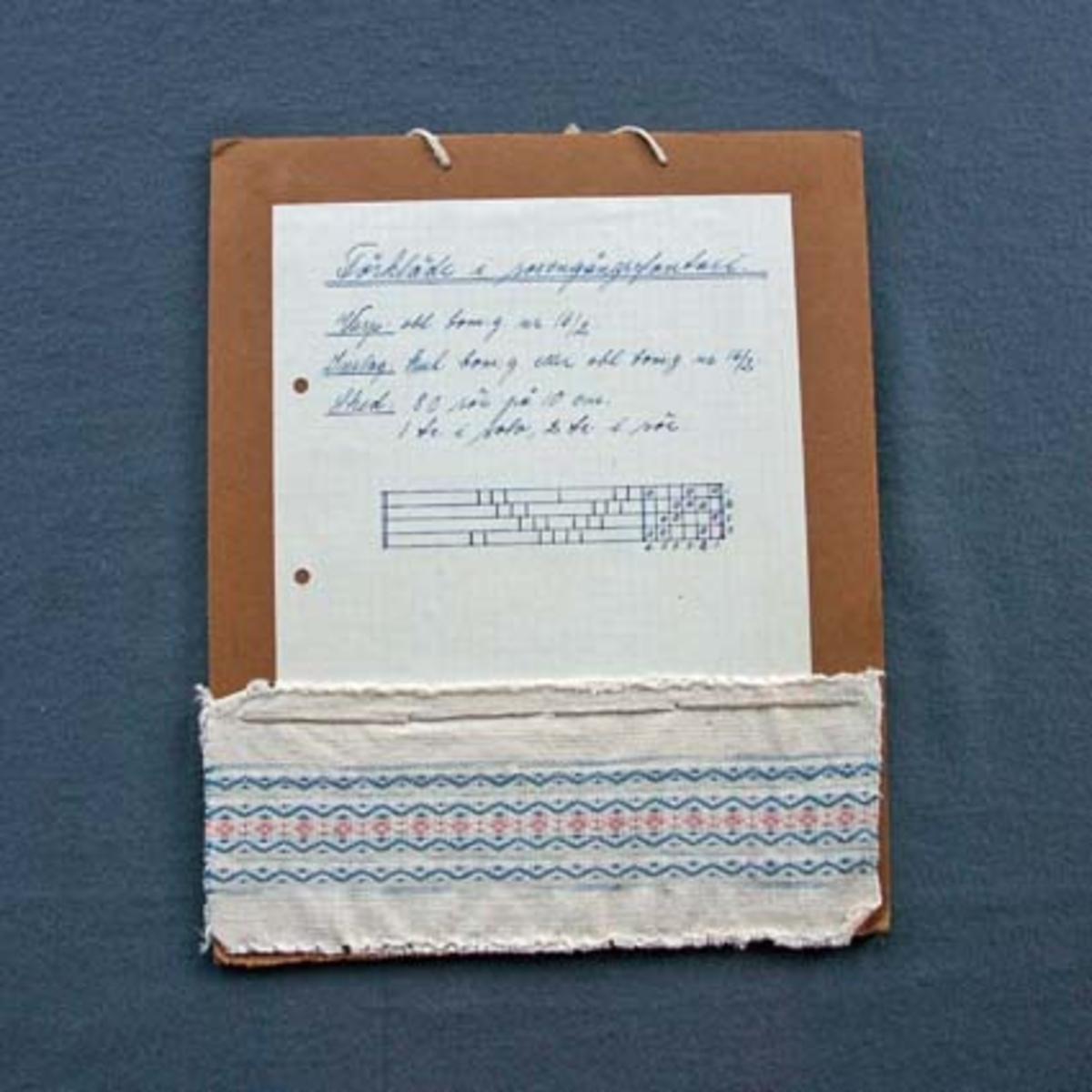 Prov till förklädestyg med tillhörande vävsedel uppsatt på kartong.