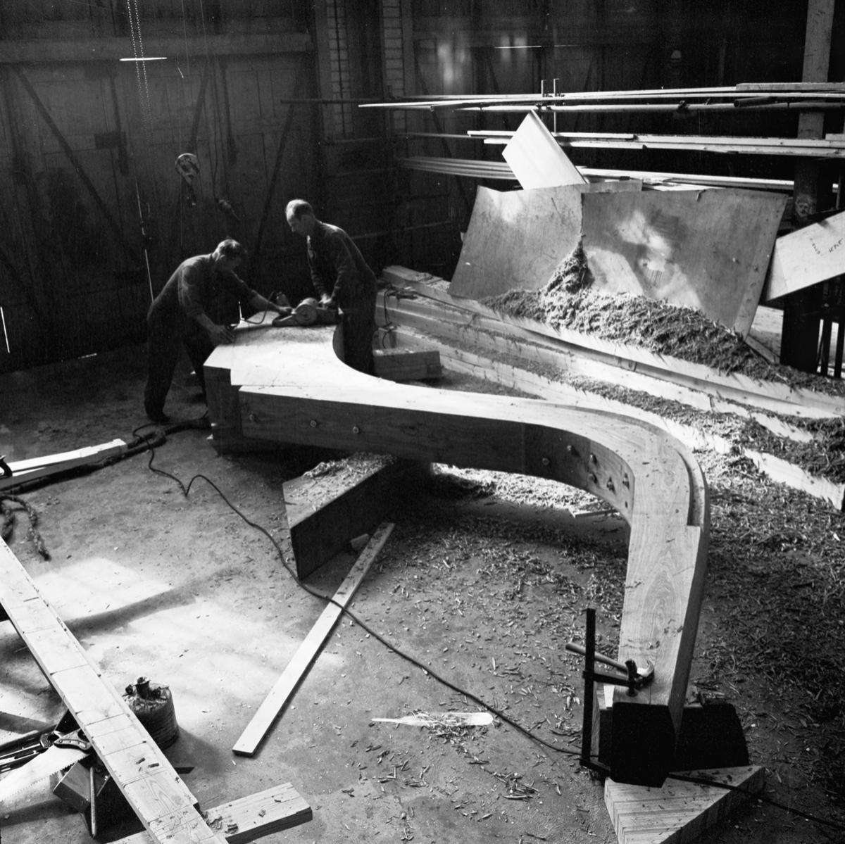 Övrigt: Foto datum: 2/6 1964 Verkstäder och personal. Svetsning i verkstan (Hbg-utställn). Närmast identisk bild: V28715, ej skannad