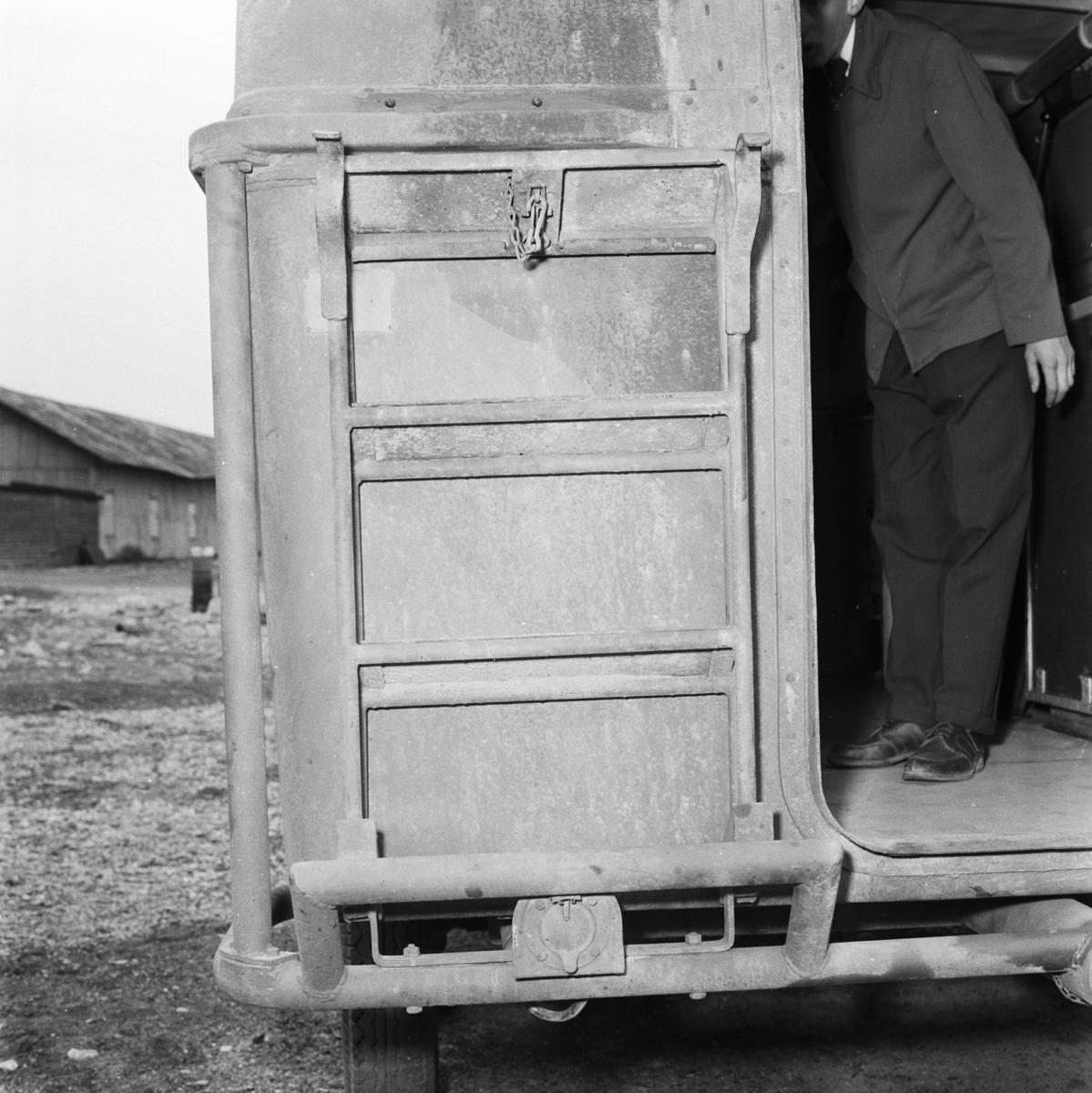 Övrigt: Foto datum: 7/6 1955 Byggnader och kranar Verkstadsbuss exteriör och interiör