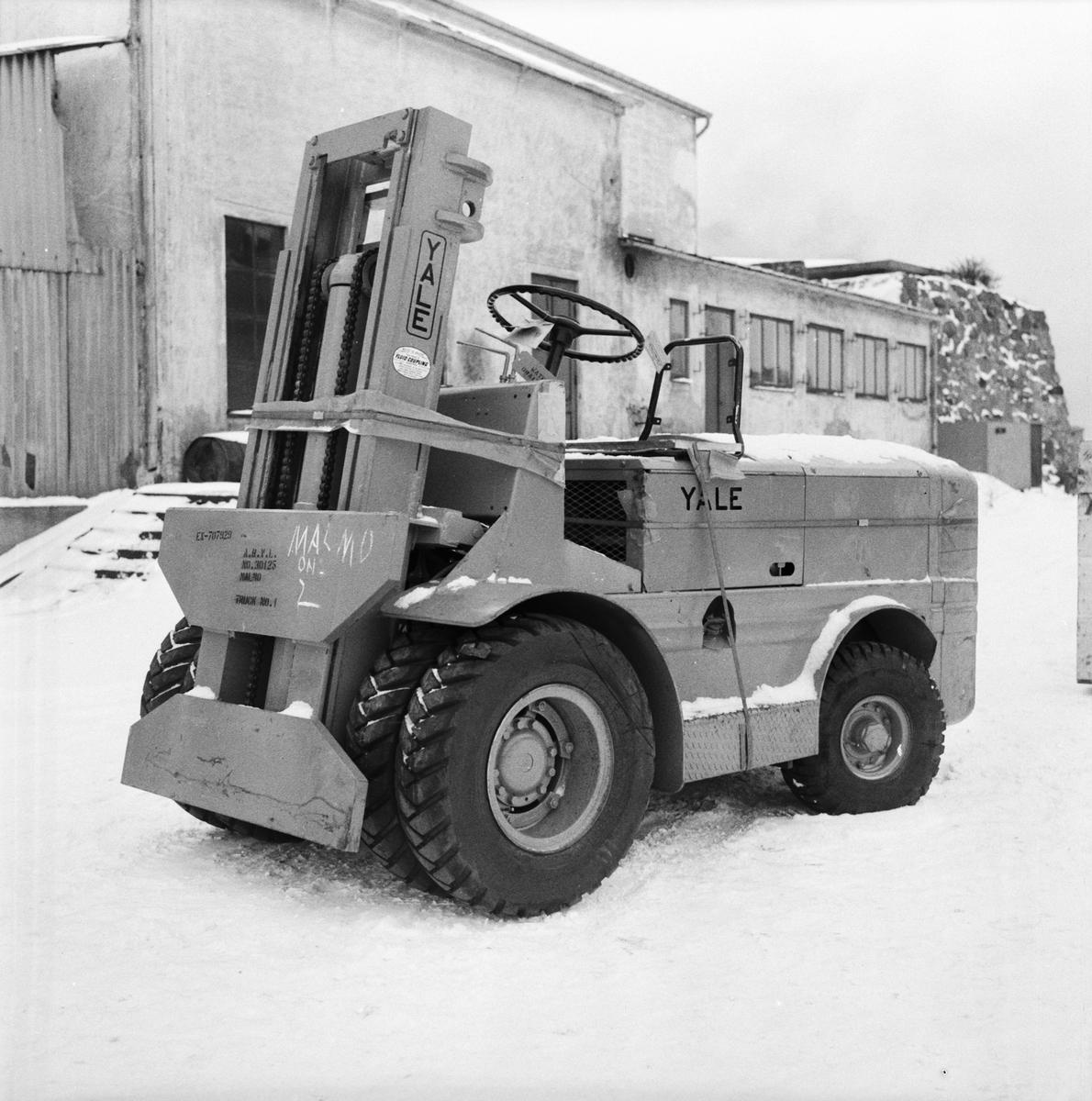 Övrigt: Foto datum: 3/2 1956 Byggnader och kranar Truck art verkstan
