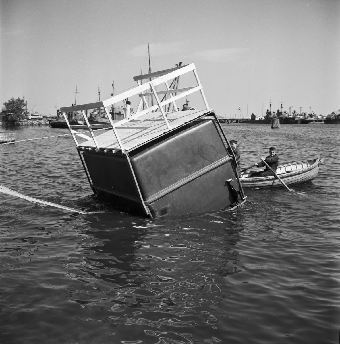 Övrigt: Foto datum: 2/7 1956 Byggnader och kranar Verkstadsvagn i vatten prov