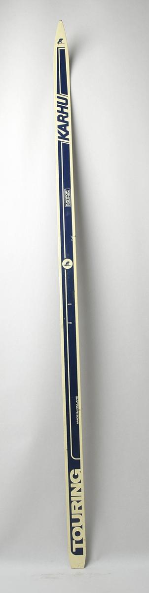 Langrennski laga av glasfiber, med svart såle av plast. Kvit og blå  overside, emblem med ein bjørn på ski i framtupp og midt på.