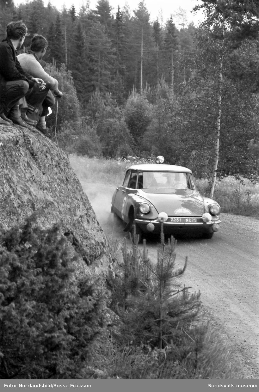 Midnattsolsrallyt, bilder från fartsträckan i Fränsta 1963. Midnattsolsrallyt kördes ursprungligen första gången 1950 och sista gången 1964. Året därpå började tävlingen köras vintertid och fick då namnet Svenska Rallyt. 2006 återupptogs traditionen med sommartävlingar och då fick deltagande bilar inte vara nyare än årsmodell 1975. Från och med 2013 är gränsen ändrad till årsmodell 1985.