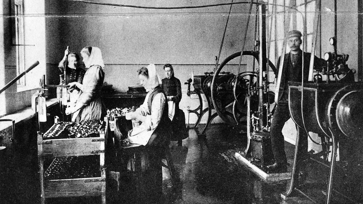 """Nordstjernans bryggeri. Interiörbild med kvinnor som sköljer flaskor. Bildtext till vykortet """"VATTENFABRIKEN"""". Vattenfabriken startade enligt uppgift 1906."""