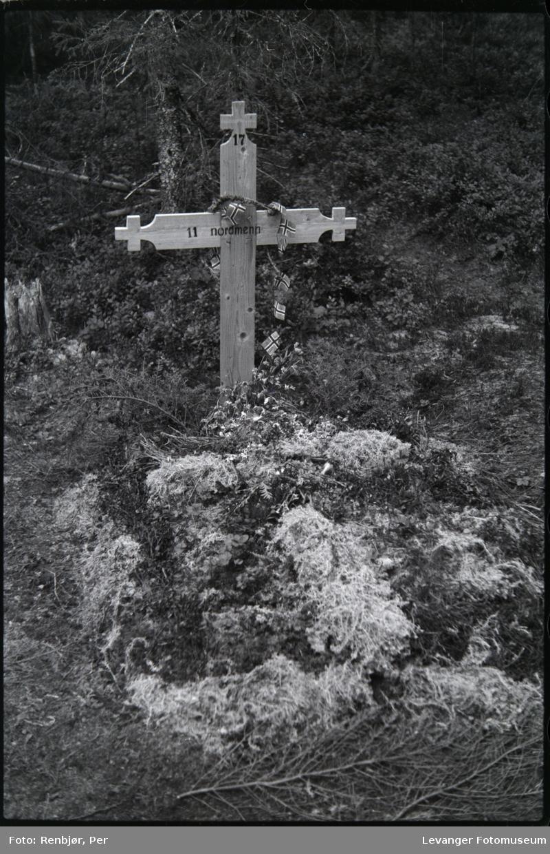 Åpning av graver i krigsfangeleiren på Falstad,imidlertidig kors satt opp på fellesgrav.