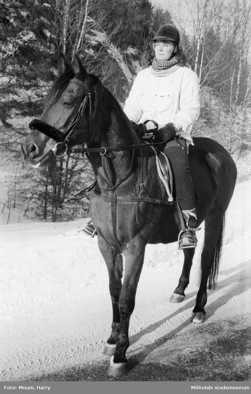 """Flicka rider på häst vid Mölndals Ridskolas anläggningar i Ranered, år 1985. """"Katarina Ljung och Biamata.""""  För mer information om bilden se under tilläggsinformation."""