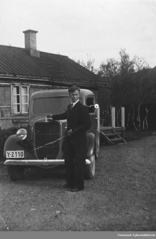 Magnus Betten foran familiens nye Ford, Y-2110. B 5539
