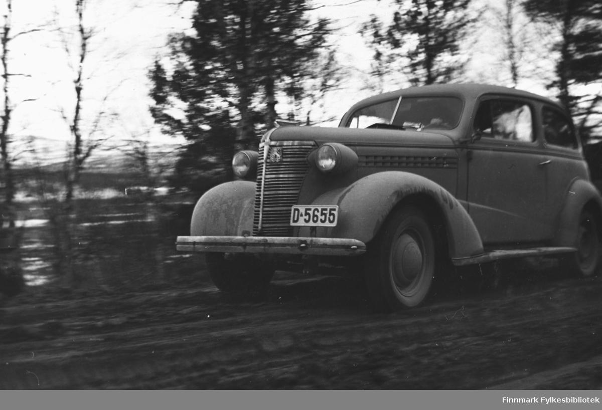 Chevrolet 1938-modell i susende fart; registreringsnummer D-5656.