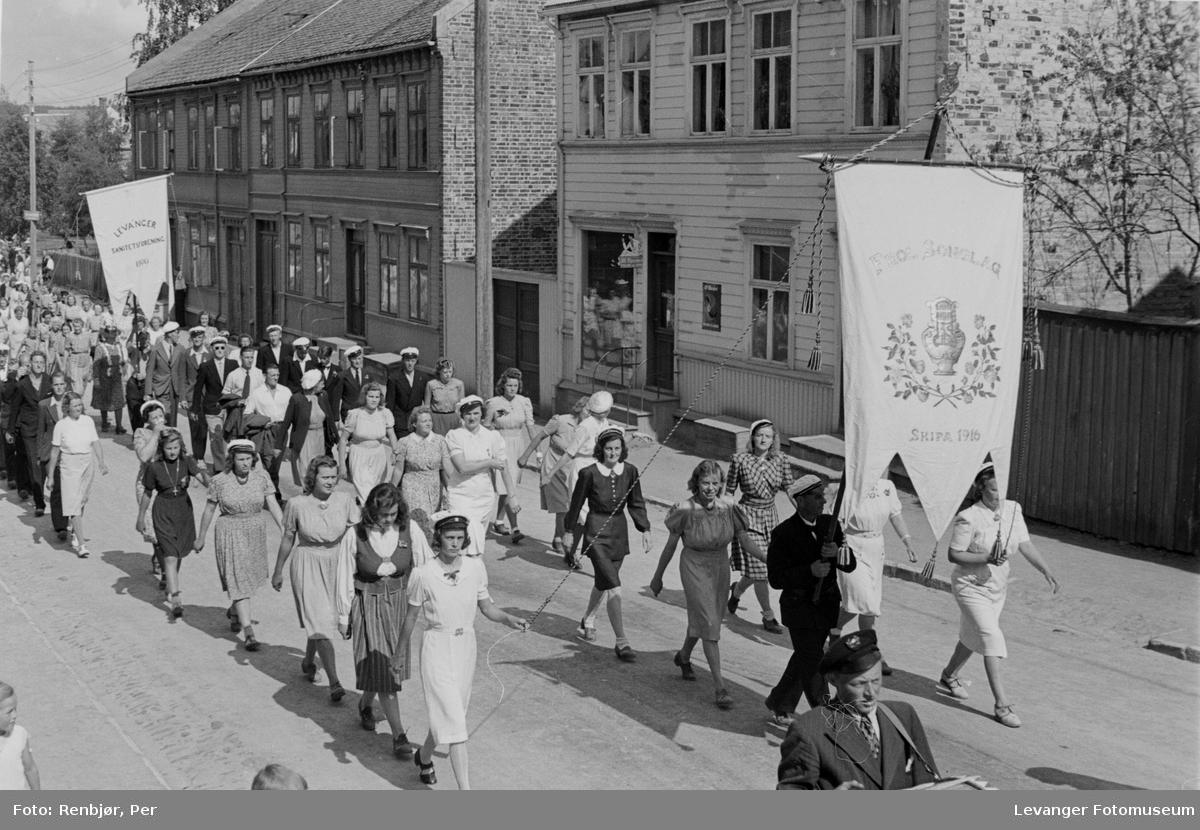 Frol songlag deltar i arrangementet til inntekt for heltefondet sommeren 1945.