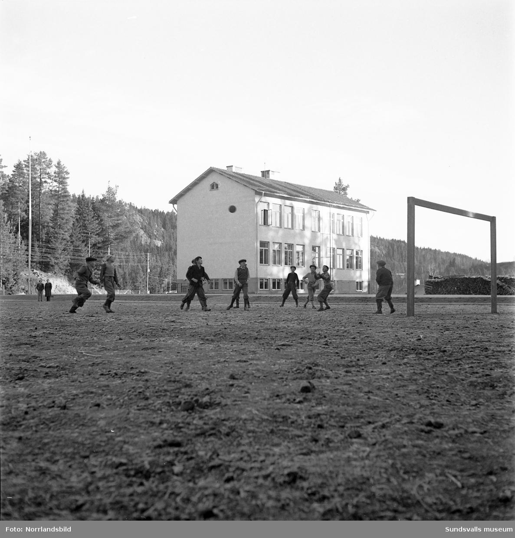 Ett gäng killar spelar boll på en fotbollsplan i Gårdtjärn.