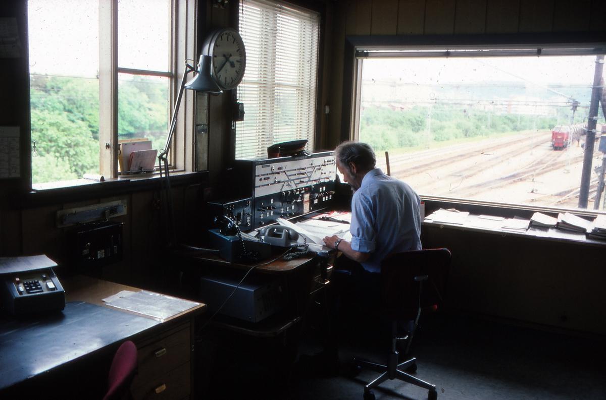 Togekspeditøren i arbeid i stillverket på Marienborg stasjon.