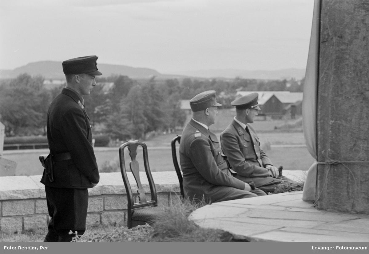 Quisling,  mann i NS-partiuniform og medlem av hirden ved bautaen klar for avduking. Fra Nasjonal Samlings stevne, riksmøte, på Stiklestad 1944.