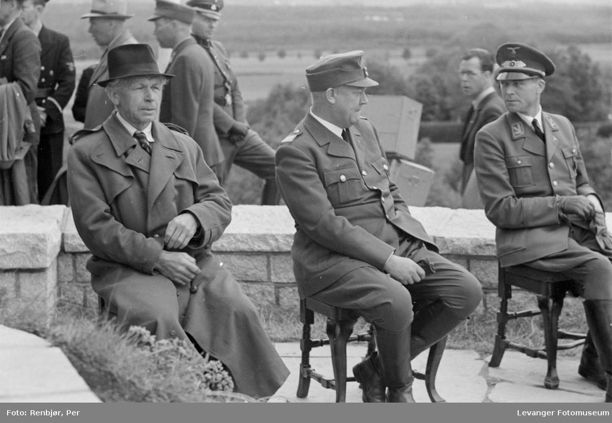 Quisling og  billedhuggeren Wilhelm Rasmussen venter ved bautaen som er klar for avduking..Fra Nasjonal Samlings stevne, riksmøte, på Stiklestad 1944.