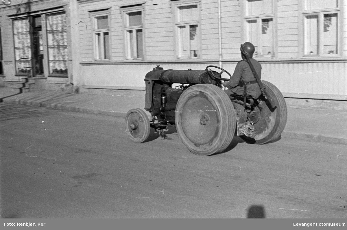 Tysk soldat på traktor.