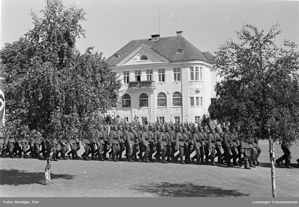 Ansamling av tyske tropper på torget i Levanger.