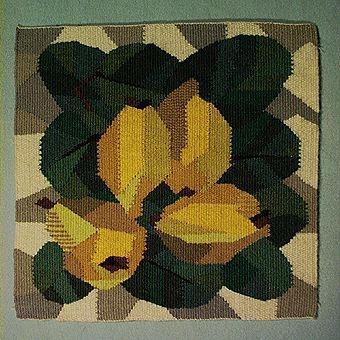 Två bildvävar i flamskteknik i flera gröna och gula nyanser samt brunt, vitt och grått. Ullgarn i inslag, lingarn i varp.  Jämför med inv. nr 1369 och 1370; samma motiv fast vitbroderi.