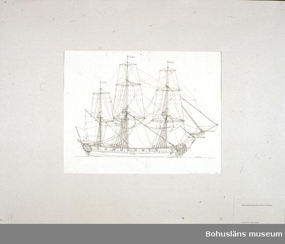 Montering/ram: Passepartout av tunn grå kartong; 55 x 66 cm, Svensk handelsfregatt från 1768 efter Chapman. Övrig historik se UM72.26.001.