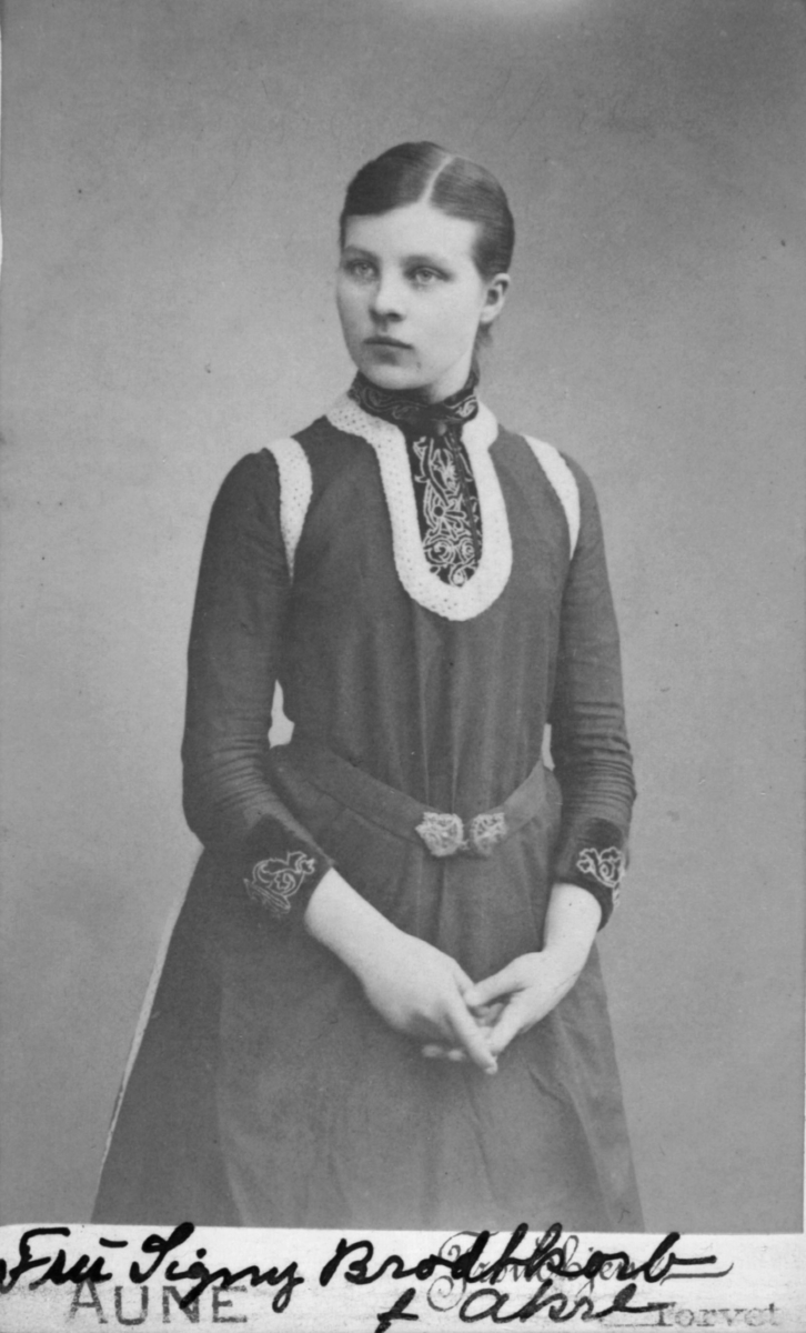 Portrett av en kvinne, Signy Brodtkorb (f. Akre). Signy var datter av Karl og Dina Akre, og hun giftet seg med Axel Brodtkorb som drev handel i Vadsø og var russisk konsul.