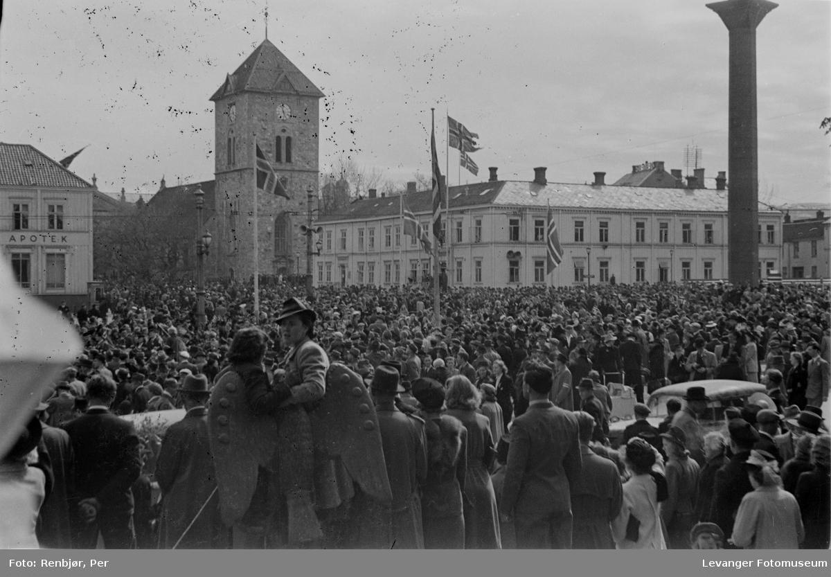 Menneskemengde på torget. Polititropper ankommer til Trondheim fredsvåren.