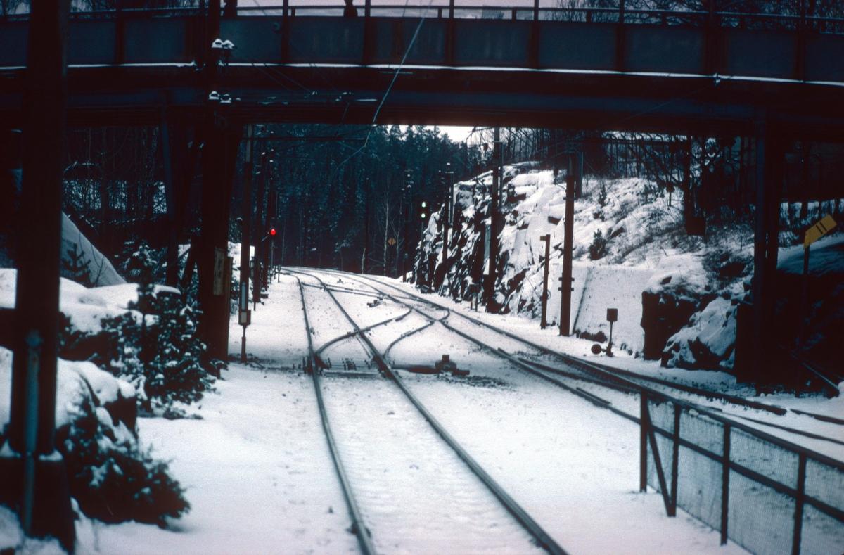 Parti av Oppegård stasjon med overkjøringsspor og hovedsignaler. Til venstre U-signal for kjøring på uriktig spor mot Kolbotn. Strekningen hadde automatisk linjeblokk på riktig spor og håndbetjent linjeblokk på uriktig spor. Stasjonen hadde ikke skiftesignaler.