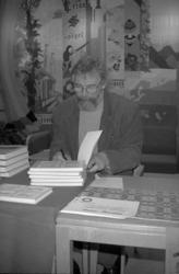 Rune Hurtig signerar böcker på Uddevalla bibliotek