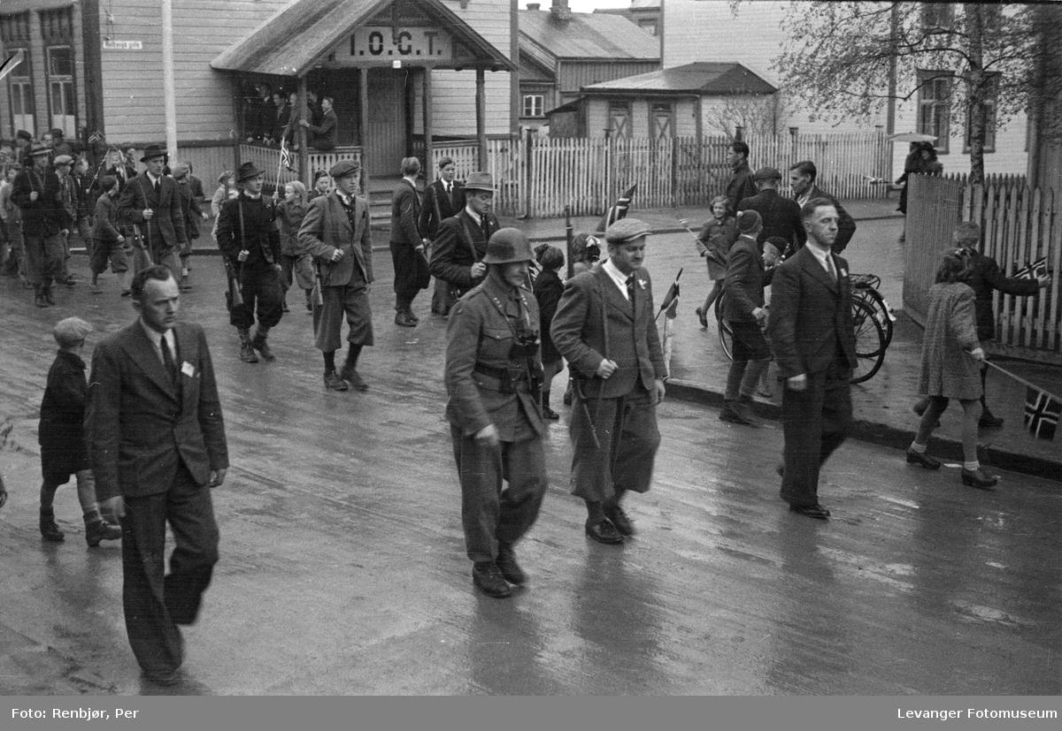 Sivile menn med gevær paraderer i Levanger fredsvåren.