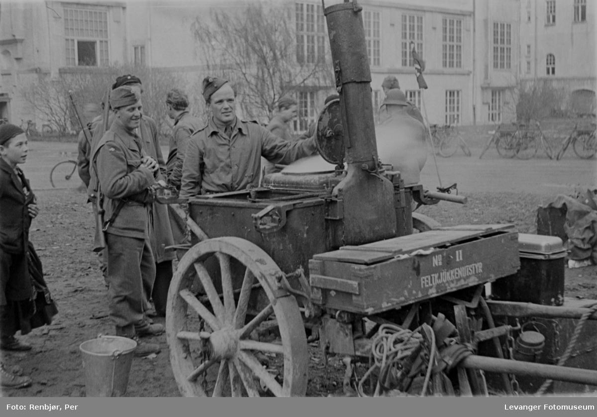 Mobilt kjøkken, feltkjøkken. Norske politistryker i Trondheim, fredsvåren, for å holde vakt.