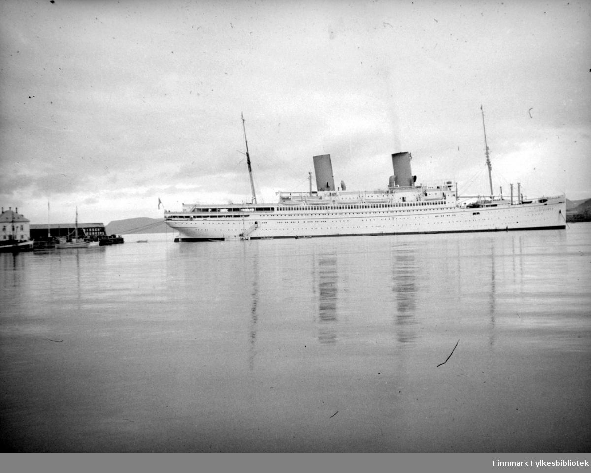 """KdF-damperen """"General von Steubenligger"""" fortøyd ute på fjorden ved innseilingen til Hammerfest. I 1945 ble damperen torpedert av russisk ubåt S-13 den 10.februar 1945 på vei fra Øst-Preussen til vestområdene. Minst 4.500 tyske flyktninger omkom."""