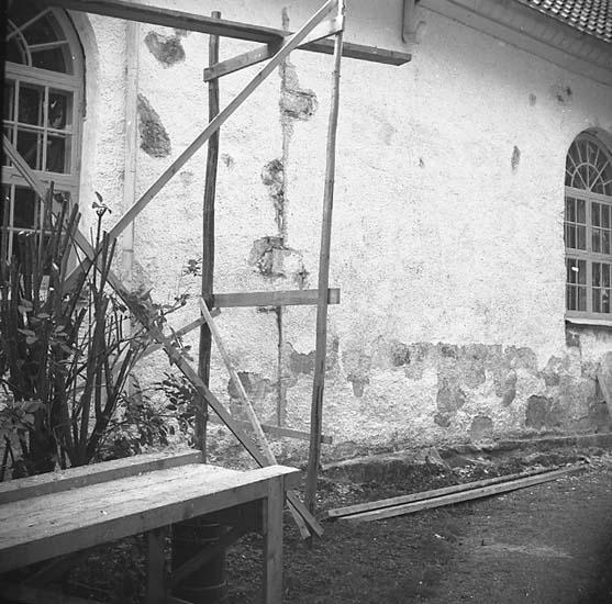 Bro socken. Reparation av kyrkans fasad.