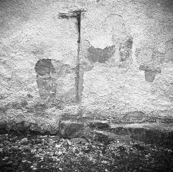 Bro socken. Reparation av kyrkans fasad. Långhusets nordväggs gamla skarv.