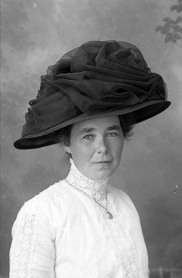 """Enligt fotografens journal Lyckorna 1909-1918: """"Sjöstedt, Fr. Ljungskile""""."""