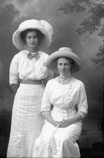 """Enligt fotografens journal Lyckorna 1909-1918: """"Adon, Fröken Lyckorna""""."""