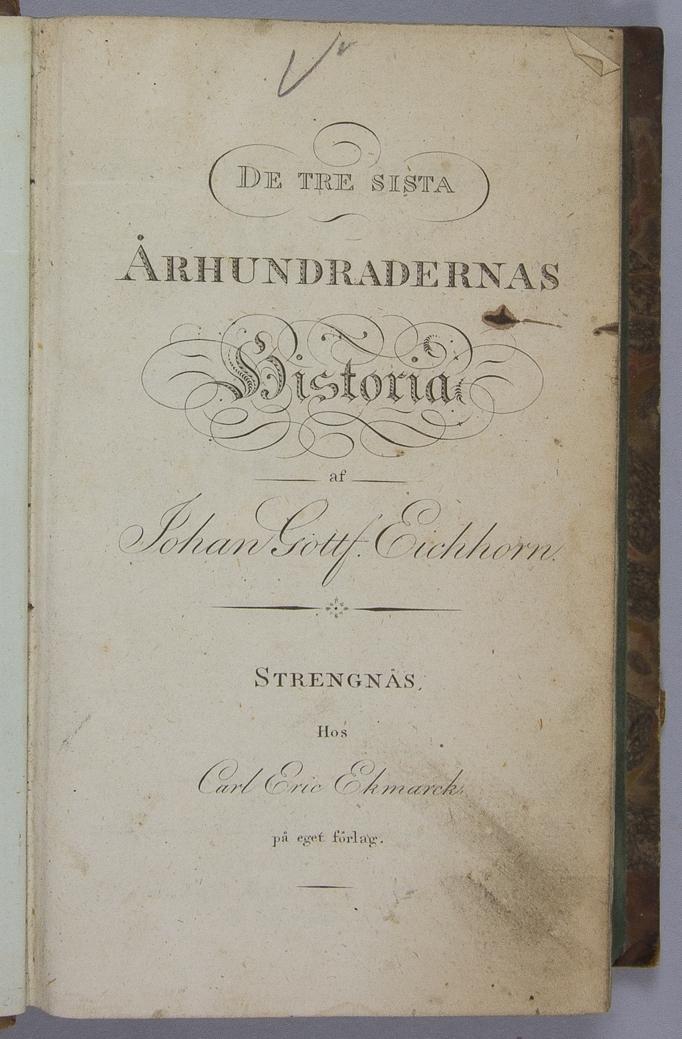 """Bok, halvfranskt band: """"De tre sista århundradenas historia"""", volym 3, skriven och utgiven av Johan Gottf. Eichhorn i Strängnäs 1816.  Bandet med blindpressad och guldornerad rygg, bland annat med växtornament på fyra brunfärgade fält. Pärmen klädd i marmorerat papperi rött, brunt, gult och grönt. Blått snitt."""